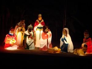 Postal: Figuras iluminadas en el Nacimiento