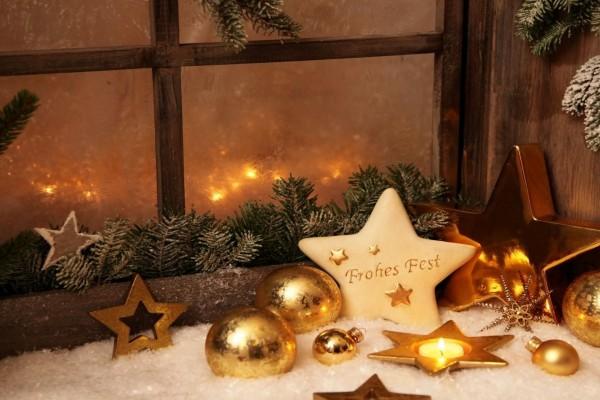 Bonita decoración de Navidad junto a la ventana