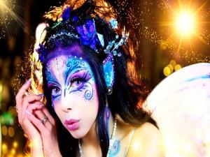 Mujer con un bello maquillaje de fantasía