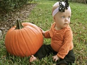 Postal: Una bebita junto a una calabaza
