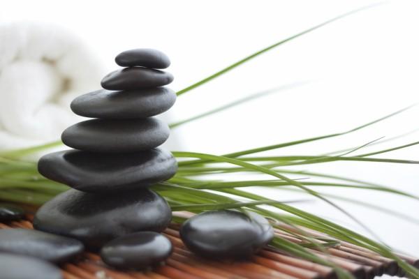 Torre zen de piedras negras