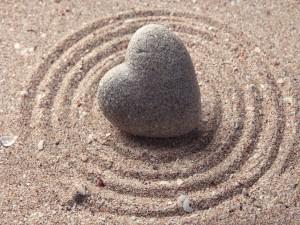 Postal: Piedra corazón sobre la arena