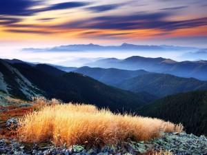 Admirando el bello paisaje de cielo y montañas