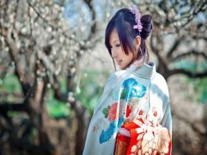 Postal: Bella mujer japonesa con un bonito kimono