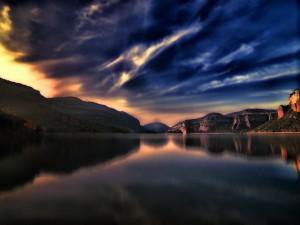 Un lago en calma entre montañas
