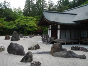 Postal: Jardín zen junto a la casa