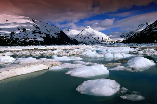 Hielo en el agua y las montañas
