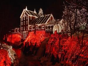Iluminación navideña en la casa del molino junto al río