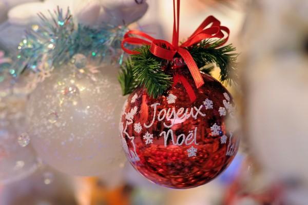 """""""Feliz Navidad"""" escrito en francés sobre un adorno"""