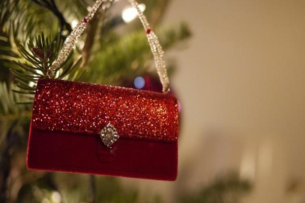 Un bolso rojo brillante colgado del árbol de Navidad