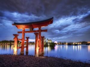Torii en la orilla de un lago (Japón)