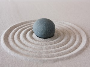Piedra redonda en un jardín zen