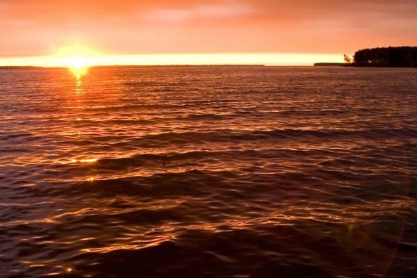 El sol brillando en el mar