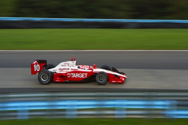 Coche de carreras a gran velocidad en el circuito