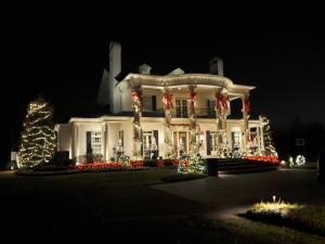 Una gran casa con luces de Navidad