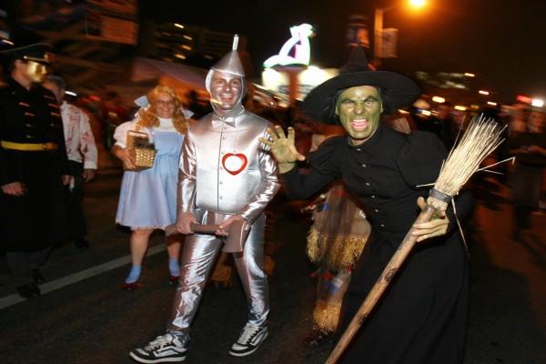 Gente con disfraces en Halloween