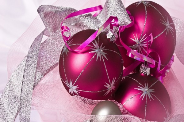 Bolas de Navidad fucsias con adornos plateados