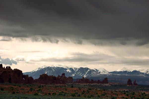 Paisaje rocoso y montañas nevadas