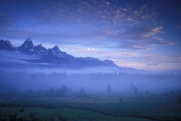 Niebla en las montañas al amanecer
