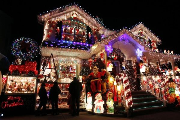 Tienda con adornos y luces de Navidad
