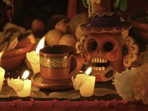 """Postal: Calaverita en un altar mexicano en el """"Día de Muertos"""""""