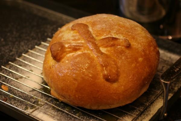 """Pan de muerto recién horneado para el """"Día de Muertos"""""""