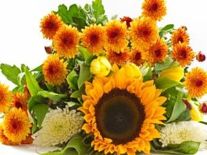Un ramo de flores naranjas y amarillas