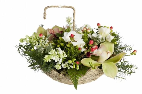 Arreglo floral en una canasta