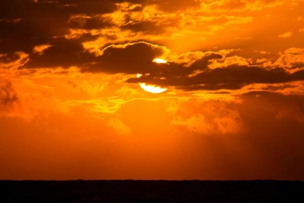El sol se esconde entre las nubes