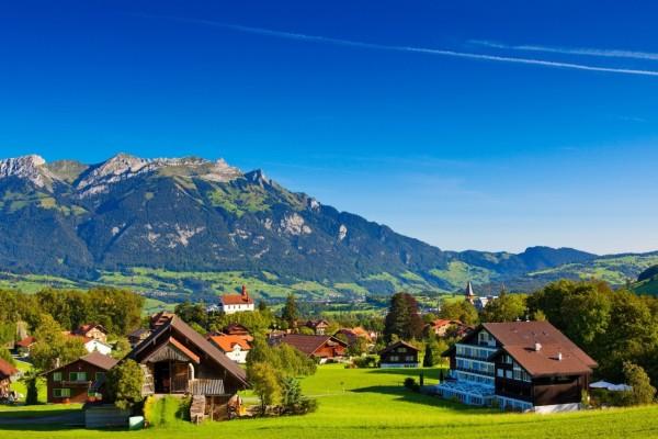 Un pequeño poblado en los Alpes suizos