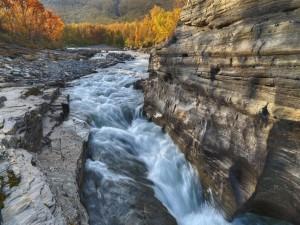 Río atravesando grandes rocas