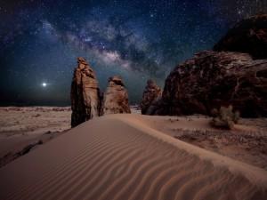 Rocas y arena bajo un cielo estrellado