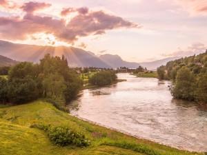 Un río atravesando árboles y un poblado