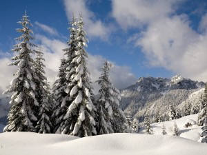 Postal: Cielo con nubes sobre un paisaje nevado