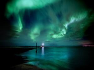 Aurora boreal sobre el faro