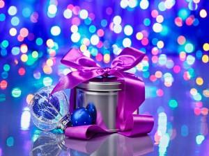 Caja con un lazo fucsia y luces de Navidad