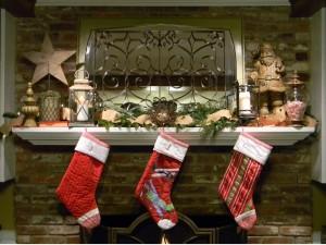 Calcetines colgados en la chimenea la noche de Navidad