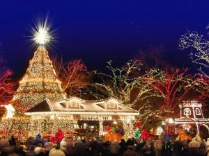 Personas admirando la iluminación de Navidad
