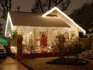 Una casa con las luces de Navidad