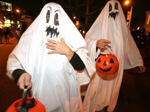 Postal: Adultos disfrazados de fantasmas la noche de Halloween