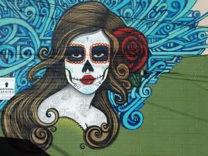 """Postal: Arte urbano en México con un retrato de el """"Día de Muertos"""""""