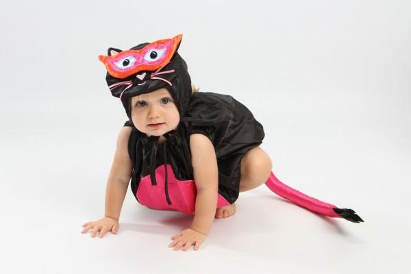 Una niña pequeña con un disfraz de gatita para Halloween