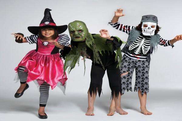 Tres niños con disfraces para Halloween