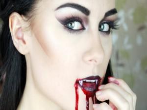 Postal: Maquillaje de vampiresa para el día de Halloween