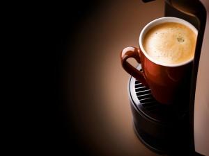 Un café recién hecho en la máquina