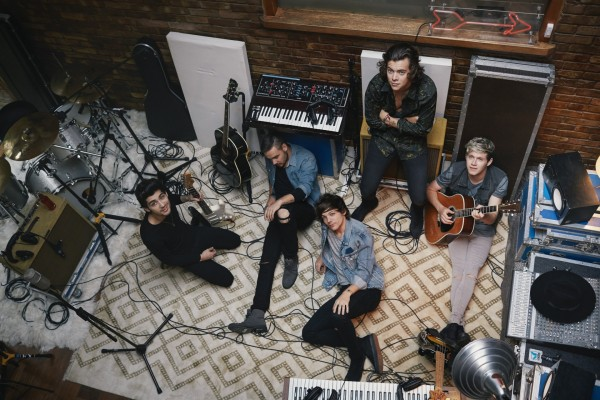 Los One Direction rodeados de instrumentos