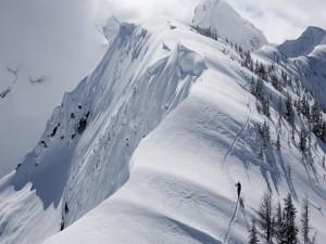 Montañero caminando por la cresta de la montaña