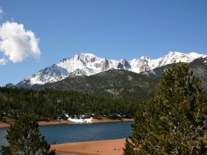 Postal: Montañas nevadas próximas al río