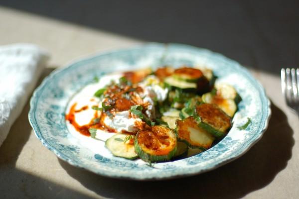 Un plato con rodajas de calabacín