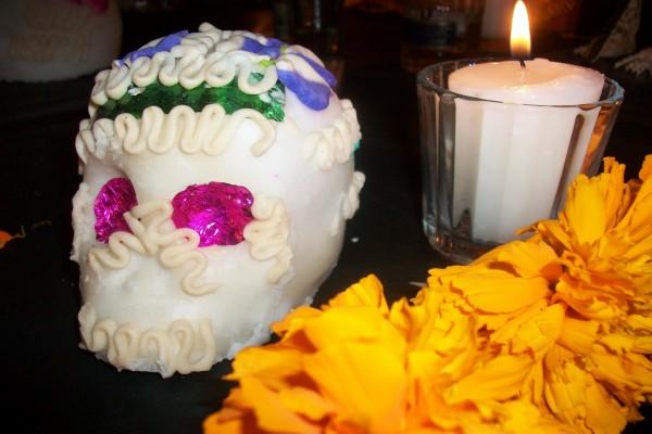 """Altar con calavera de azúcar, vela y flor de cemasúchitl """"Dia de Muertos"""""""
